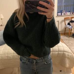 Mysig tröja, köpt på mobil för 400 kr säljer nu för 100 kr!  är en strl M men den är lite croppad i modellen🤍