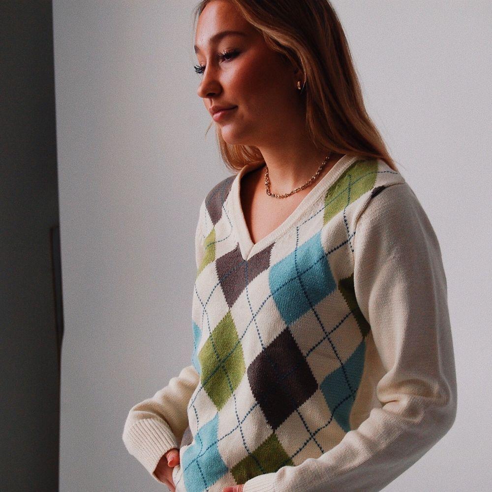 På Instagramkontot @studiohumla hittar ni en handplockad secohand💘 blandannat detta tröjan bland massa andra plagg, kram. Stickat.