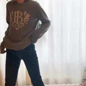 Super fin stickad tröja som bara är använd några få gånger och väldigt skönt material💗  köpare står för frakt