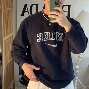 Säljer denna sjukt eftertraktade nike sweatshirten! ✨Äkta✨ STRLK: L ! Finns mer liknande på @vaning01 på instagram.  ❗️Minsta höjning: 25kr ❗️Budgivning i kommentarerna, högsta: 1466!!! Stängs om 5