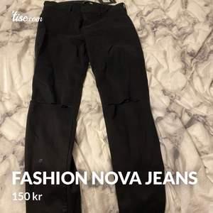 Hej! Säljer mina helt oanvända Fashion Nova Jeans då ni ser att prislappen fortfarande sitter kvar och är i modellen Low Waist Jeans.