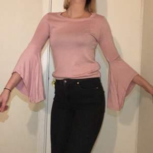 Rosa söt tröja med volangarmar. Storlek S