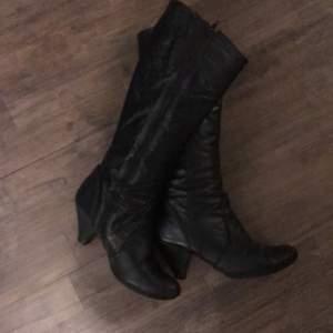 Svarta äkta skinn skor. Änväda många år men väldigt fint skick. Bra kvalite. Knä höga. Storlek 38.                                Köparen står för frakt.