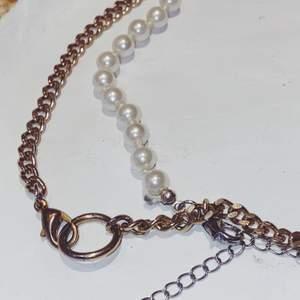 Ett pärlhalsband och en kedja. Kan bärs tillsammans eller separat