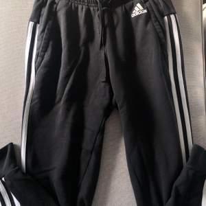 Adidas byxor i storlek xs💕 skulle säga att dom är mer som en xxs eftersom jag själv är xs men kan nog också vara eftersom jag har långa ben✨ köparen står för frakt men buda gärna🦋