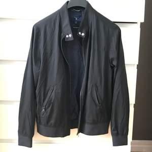 Gant jacka i storlek S, passar M lika bra. Bra skick, inga trasiga sömmar eller fläckar. Såklart äkta. Ansvarar inte över postens slarv.