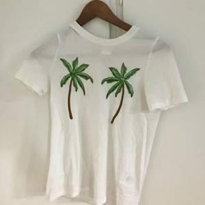 En jättefin vit T-shirt med Palm tryck. Från H&M i storlek Xs. I bra skick. Priset går att diskutera. Frakt tillkommer som köparen står för. Vid frågor så är det bara att höra av sig.