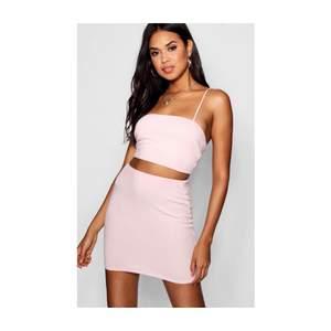 Jätte gulligt set med en top & kjol från Boohoo. Framhäver ens kurvor och sitter jätte bra på. Skulle säga att den passar dig som har storlek S & M eftersom att den är väldigt stretchig. Endast testad & aldrig använd. Köpare står givetvis för frakt!