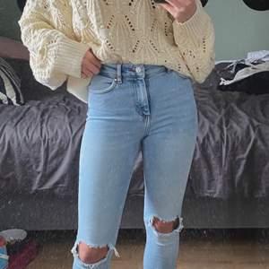 Säljer dessa snygga karve jeans från carlings i storlek xs men passar för s också, använda cirka 3 gånger, 64 cm i innerbenet och modellen är 169cm ordinarie pris 699kr,  frakt tillkommer buda i kommentarerna🥰😇💙