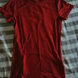 En ribbad t-shirt storlek s men skulle nästan säga xs använd ett fåtal gånger så inga fel eller skador