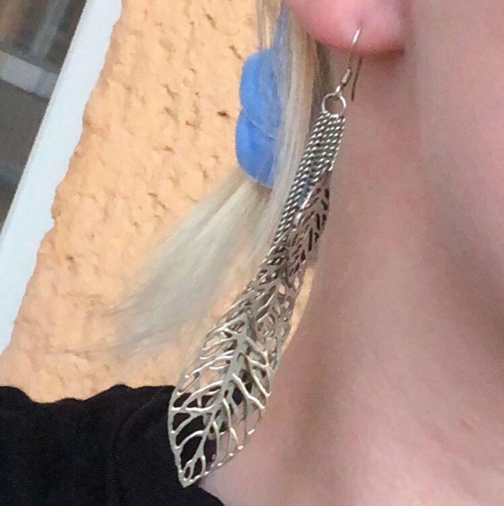 Superfina långa örhängen men hängande blad i olika storlekar!. Accessoarer.