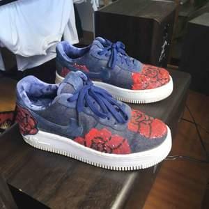 Säljer mina superfina air force 1 floral, storlek 39. Köpta på sneakers n stuff och väldigt sparsamt använda. Kan mötas upp i Malmö, frakt betalas annars av köparen👟👟🌹🌹