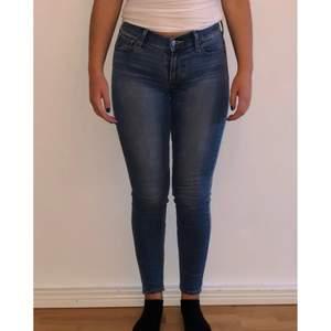 Levis jeans. Använda ett fåtal gånger och är därför i mycket fint skick. Storlek 27. Eventuell frakt står köparen för. Hör av dig för fler bilder🌸