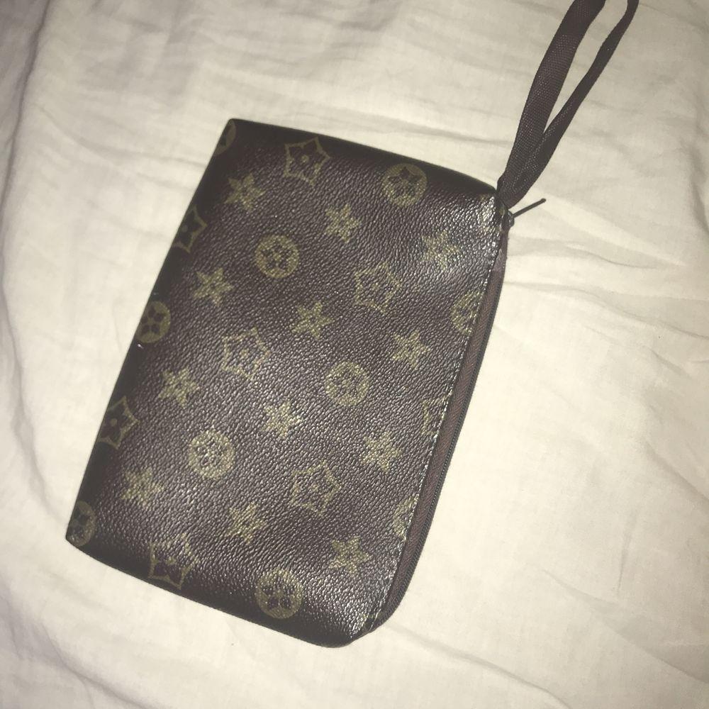Louis Vuitton kuvertväska (inte äkta) . Väskor.