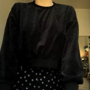 Sammets tröja som är lite croppad. Passar m och xs