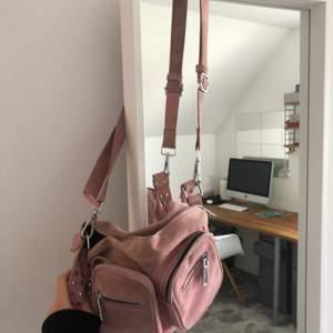 Säljer denna fina slustsålda rosa noella väskan. Den är mycket mer rosa i verkligheten. Lite smutsig men det går bort i tvätten (jag tvättar om det önskas)