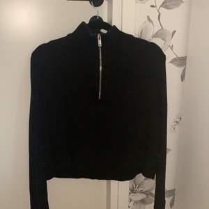 Skit snygg tröja ifrån ginatricot med dragkedja. Tröja är i storlek S och kommer ifrån ginatricot. Köparen står för frakten 🌸