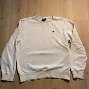 Vit champion sweatshirt i storlek M. Köparen står för frakt! :)