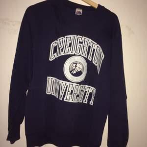 Strl S/M. Skön att ha på sig, lite oversized. Original college sweater i superbra skick! Mörkblå
