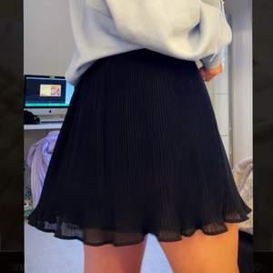 (Budgivning) start bud är 10 kr skriv till mig för mer information❣️Helt oanvänd kjol från NA-KD med volanger