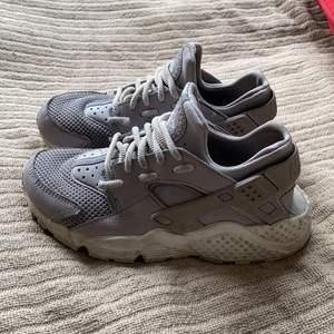 Säljer dessa skor i fint men använt skick! I modellen nike air huarache. Nypris är 1200kr.