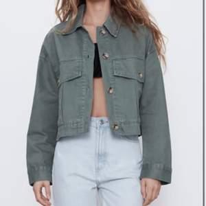 En perfekt grön höstjacka från Zara i storlek XS. Den har jättebra passform och är perfekt nu till hösten. Fint skick, använd endast ett par gånger. Hör av dig om du vill se egna bilder på jackan 💕 Köparen står för frakt