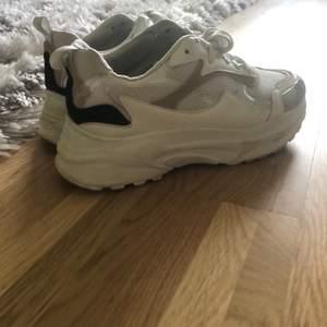 Snygga sneakers i stl.38 Köpta i Polen för 399kr vita med beiga, svarta och transparenta detaljer. Säljer dom för att dom tyvärr blev för stora.