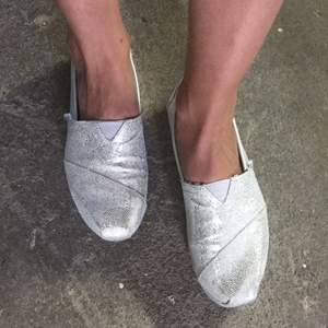 TOMS skor med små små silverpaljetter. Stl 36,5. Sköna vardagsskor. Kan hämtas i Jönköping, Falkenberg eller Göteborg.