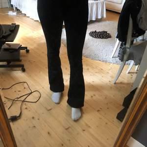 Ett par svarta Bootcut jeans från bikbok. Har använts typ 2 gånger men var för små. Storlek XS, nypris 599kr men säljer för 150. Kvaliten är som ny,