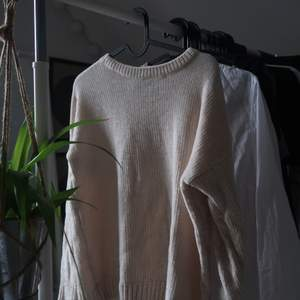 Stickad tröja i jätteskönt material! Använd fåtal gånger. Säljer pga att den har blivit för liten