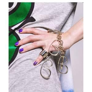 """BACK S/S   Makalöst Ann-Sofie BACK Armband.   Nytt, aldrig använt.  Utan tvekan ett iögonfallande statement piece. Exklusivt, BACK minimalism när det är som bäst!                                                                                      Inköpspris: 1995kr  B - bracelet 100% Brass mässing   BACK B-bracelet i mässing i form av en kedja med stora berlocker i bokstaven B.  """"Light gold""""   Storlek: Justerbar  Kan hämtas i Stockholm. Frakt ingår i priset."""