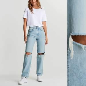 Säljer mina 90s high waist jeans pågrund av att dom blivit för stora, är använda max 2 gånger så är som nya!💕 om flera är intresserade så blir det budgivning! HÖGSTA BUD: 400 kr inklusive frakt