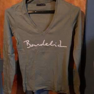 Välvårdad långärmad tröja i bomullskvalitet. Säljer för den används ej längre   Det står ingen storlek i den men tror att det är m. Färgen är lite dovare grön än vad bilden visar.   Köpare betalar frakt