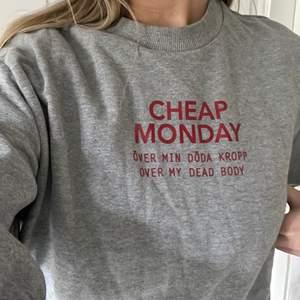 """En grå sweatshirt med rött tryck från Cheap Monday i storlek M. Tycker om denna men den används inte tyvärr. Tror jag använt den max 5 gånger. Jag upplever att den är lite mindre än en """"normal"""" storlek M. Köparen står för frakten som tillkommer 💖"""