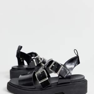 Säljer nu mina sandaler från ASOS. De är endast använda 1 gång. Bilderna är tagna från deras hemsida, om vanlig bild önskas är det inga problem🌸 skorna är i storlek 39 men passar även storlek 40✨ original pris ca 400:-, frakt ingår inte