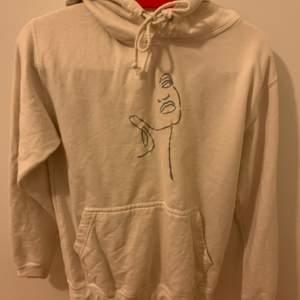 Jätte fin hoodie med brodyr som är köpt av ett UF företag förra året. Hör av er vid frågor⚡️