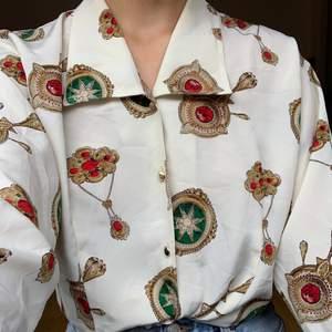 Silkig skjorta i mycket fint skick! Köpt second hand. Storlek saknas men den sitter som en S/M. +48kr frakt