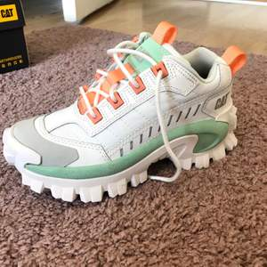 """Säljer dessa asballa skor, köpta i somras och använda sparsamt under sommaren. Nypris: 1500 kr och säljs för det inte är min stil längre. Perfekta skor som kompletterar en outfit som man tycker känns """"tråkig"""". Märket är Caterpillar 🤩"""