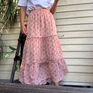 Så fin rosa lite längre kjol. Passar som perfekta sommarsolen eller nu vid lite kallare tider. 💘💘 Rosa med ett blommigt mönster, ett fint följsamt tyg! ✨