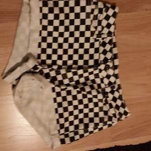 Svart vit schack mönster på shorts