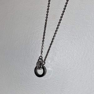 """Silvrigt halsband från Edblad med två """"ringar"""" ena ringen har silvriga små diamanter. Knappt använd, jätte fint och i fint skick. Inte rostigt eller så! Säljs för 88kr inklusive frakt"""