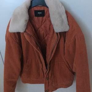 Superskön och trendig jacka från Bikbok. Den är corduroy och passar perfekt för vintern. Säljer jackan då den är lite stor i storleken. Har använt den några gånger men den är i jättebra skick.