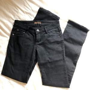 Skitsnygga lågmidjade y2k jeans från Y&L Jeans. En skärpögla har gått sönder men annars i nyskick, de hade fortfarande lapp kvar när jag köpte och har aldrig använt själv. Ascoola stjärndetaljer på knapparna och rhinestones på bakfickor. Stl m.💞💘