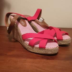Nya oanvända sandaler i strl 40 . 100 kr med frakten inräknat.