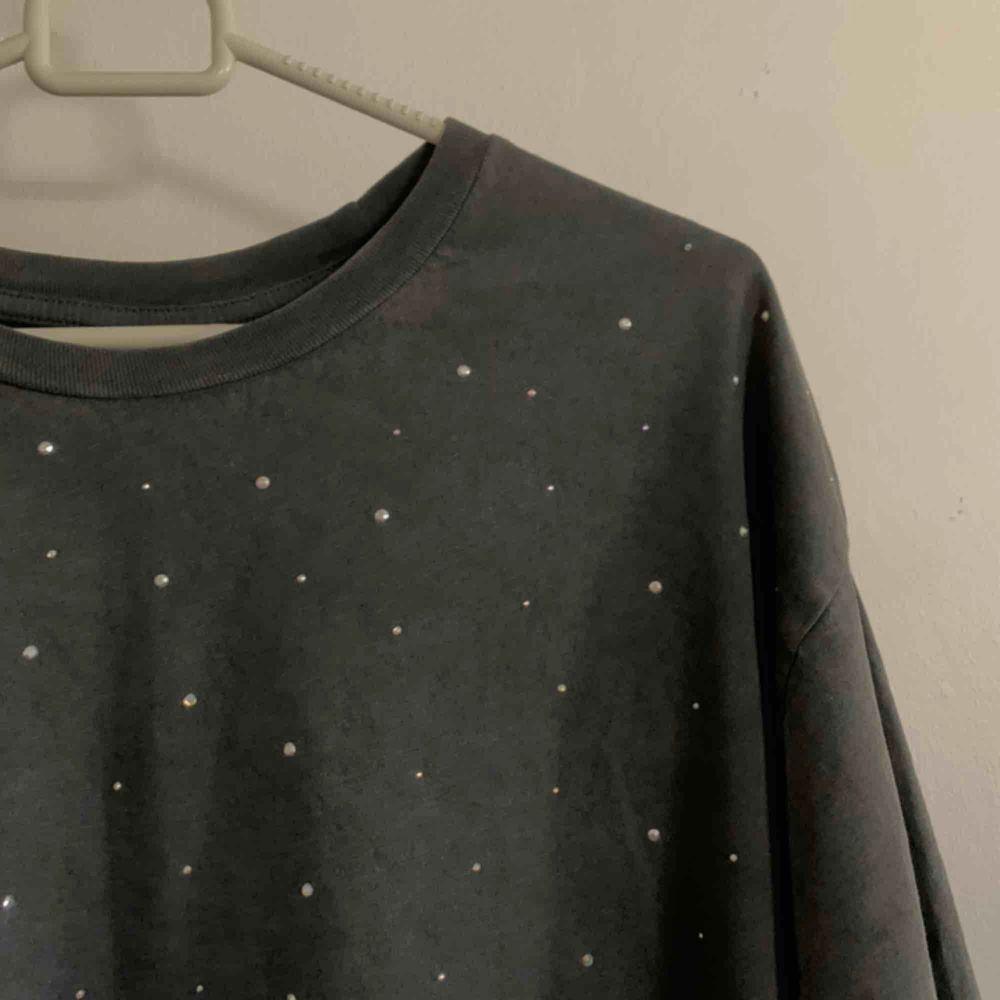 Grå T-shirt med silvriga paljetter från HM i storlek L. 150kr inklusive frakt #tshirt #tröja . T-shirts.