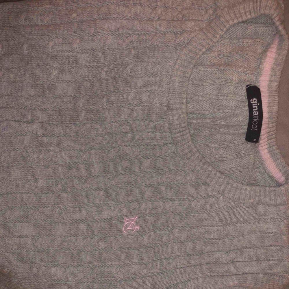"""Stretchig mjuk """"flätad"""" tröja från Ginatricot. Knappt använd. Passar Xs-M   möts upp och fraktar! (Tillkommer)🥰. Tröjor & Koftor."""