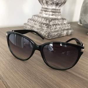 Säljer dessa solglasögon i svart färg.