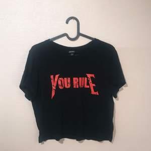Snygg t-shirt med tryck, aldrig använd.  Köparen betalar eventuell frakt ✨
