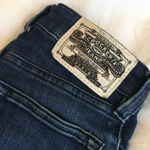 Crocker jeans i modellen Pow High. Storlek: 23/32. De är lite slitna, se sista bilden. Fraktar ej, möts endast upp i Stockholm