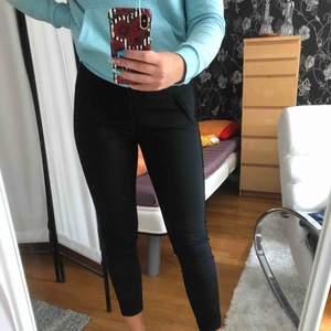 Svarta kostymbyxor med en glitterrand på sidorna från vero Moda  Säljer pga ej min stil. Köpare står för frakt